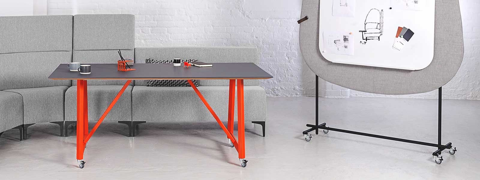 Frovi relic table and screen on wheels